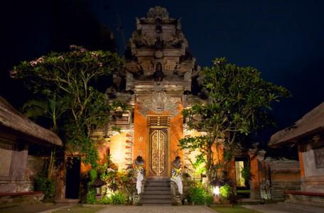 Puri Saren Agung bei Nacht