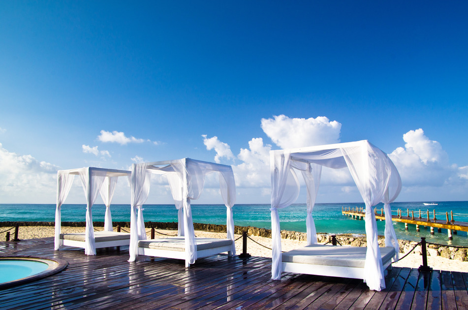 Pavilion und Swimmingpool auf Bali